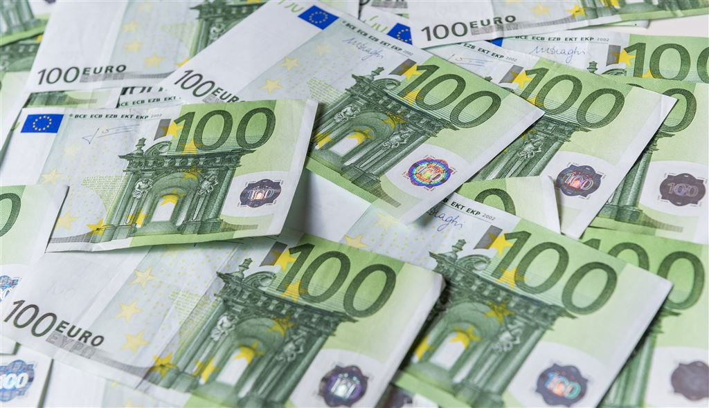 Euro = U.S. Dollar Following are currency exchange calculator and the details of exchange rates between Euro (EUR) and U.S. Dollar (usd). Enter the amount of money to be converted from Euro (EUR) to U.S. Dollar (USD), it is converted as you type.
