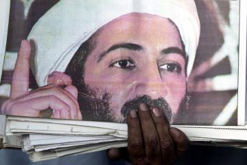 D 10808-03  Osama bin Laden Newspaper. Obligatory Credit - CAMERA PRESS/ Ian Rutherford/TSPL. Osama bin Laden looks out from the front covers of a daily paper at a newspaper stand on the outskirts of Peshawar in Pakistan, on 21/09/2001. foto: Camera Press / Hollandse Hoogte